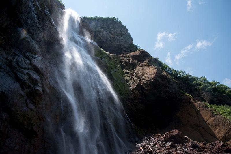 御釜からの垂直落下 蔵王・不帰の滝・滝壺